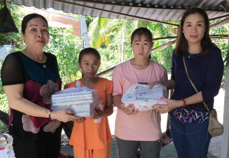 Giúp hai trẻ mồ côi có điều kiện đến trường