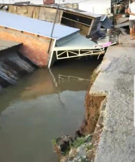 5 căn nhà sạt lở hoàn toàn xuống sông Nha Mân ở tỉnh Đồng Tháp