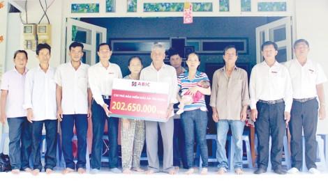 Trao Biểu trưng Bảo an tín dụng cho khách hàng tại phường Thuận An, quận Thốt Nốt, thành phố Cần Thơ