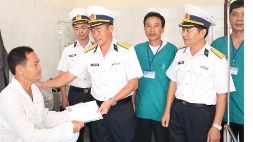 Vùng 5 Hải quân gặp mặt, tặng quà đối tượng chính sách