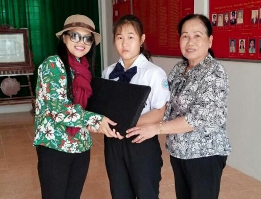 Một nhà hảo tâm tặng gạo cho cụ già neo đơn và laptop cho trẻ mồ côi