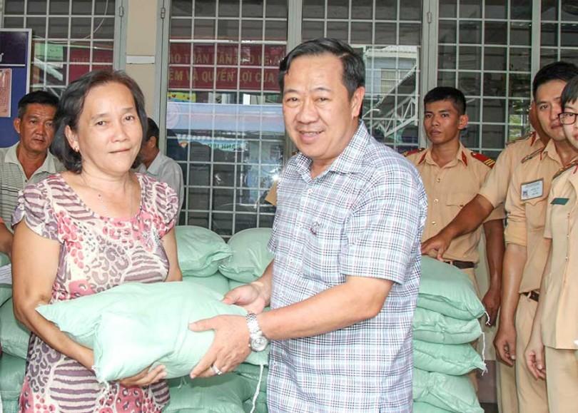 2,3 tấn gạo đến với bà con nghèo