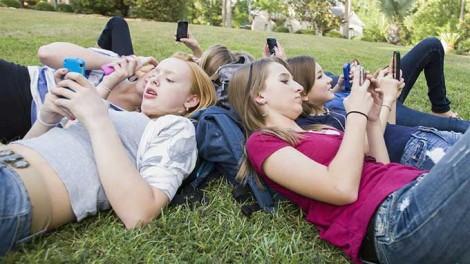 Mạng xã hội ảnh hưởng xấu đến trẻ gái nhiều hơn trẻ trai