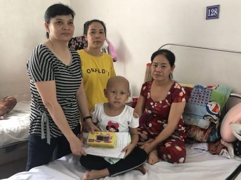 Nhóm từ thiện bạn bè thăm, tặng quà cho bé Trần Thị Trinh