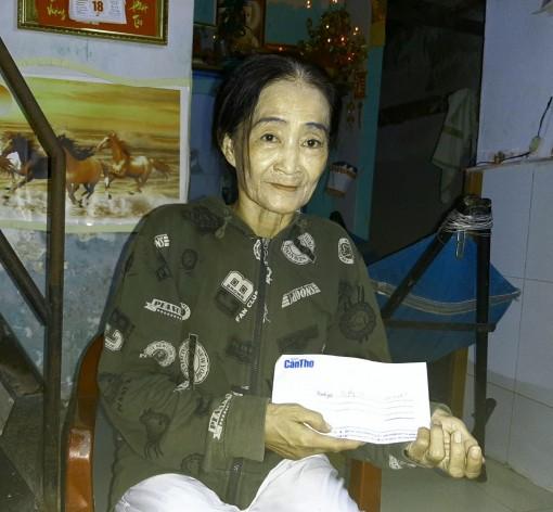 Trao tiền từ thiện cho bà ngoại già nuôi cháu nhỏ bệnh tật