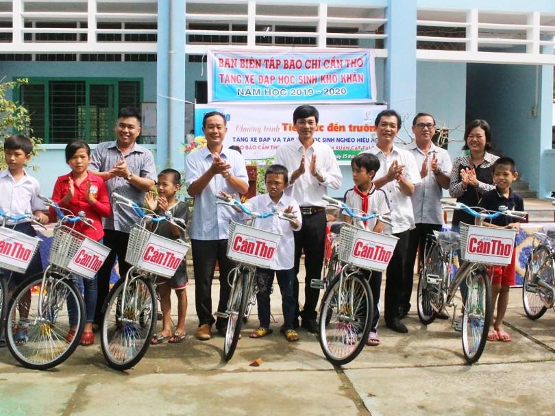 Báo Cần Thơ trao tặng xe đạp, tập  cho học sinh nghèo hiếu học