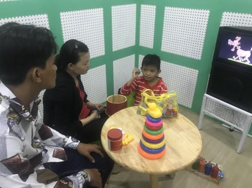 Tặng 30 máy trợ thính cho trẻ em nghèo