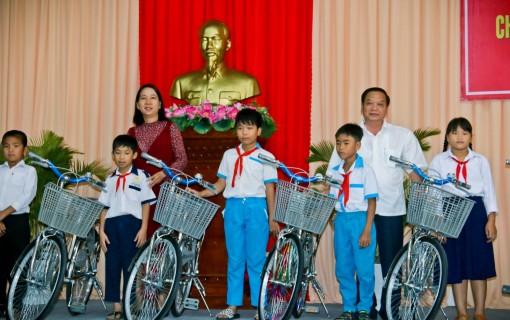 Thành ủy Cần Thơ trao học học bổng, xe đạp và tập cho học sinh nghèo hiếu học huyện Phụng Hiệp