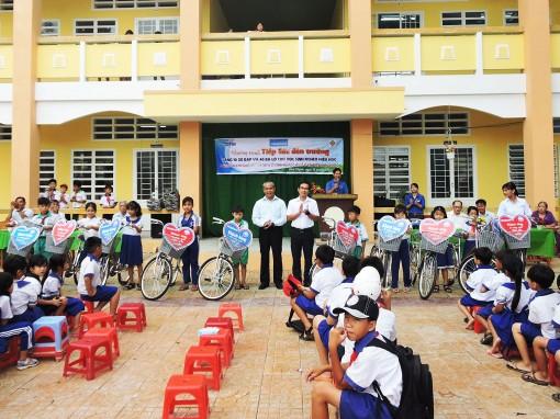 Báo Cần Thơ tiếp sức học sinh nghèo  xã Thạnh Lộc đến trường
