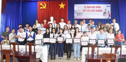 Trao học bổng cho 42 tân sinh viên thủ khoa Kỳ thi THPT Quốc gia năm 2019