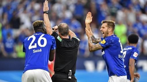 """Bundesliga """"dậy sóng""""  vì luật bóng chạm tay"""