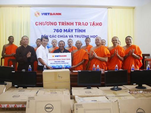 Vietbank Cần Thơ tặng 70 bộ máy tính  cho các chùa và trường học
