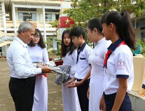 Trao học bổng cho học sinh nghèo, vượt khó