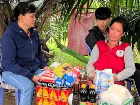 Nhóm từ thiện Tuyết Lan thăm hỏi và tặng quà cho chị Lê Cẩm Chơn, mắc bệnh hiểm nghèo