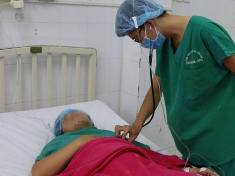 Cấp cứu thành công thai phụ mang song thai sa dây rốn nguy kịch