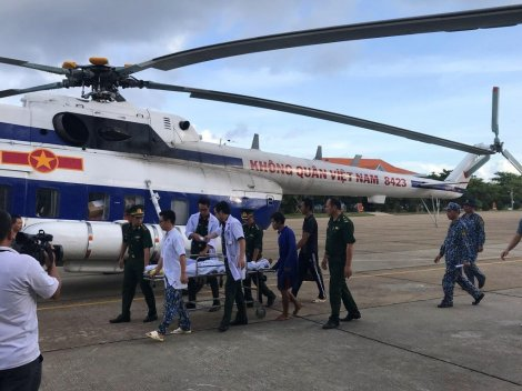 Điều trực thăng chuyển ngư dân bị nạn từ Trường Sa vào đất liền