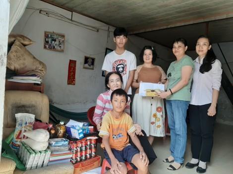 Nhóm từ thiện bạn bè Tuyết Lan thăm, tặng quà 3 bà cháu côi cút, bệnh tật