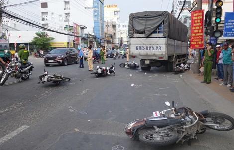Xe tải tông 6 xe máy khiến nhiều người bị thương