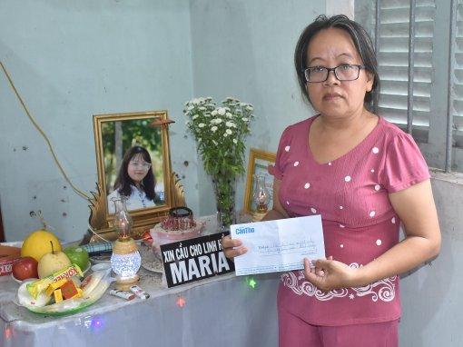 Trao tiền giúp gia đình Tuyết Nhi