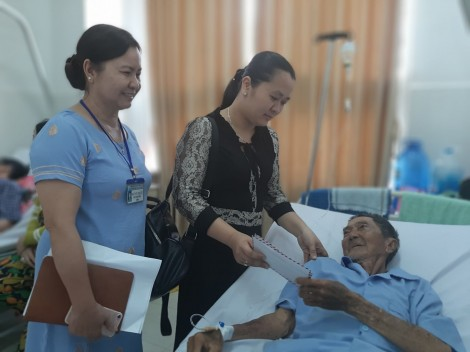 Trao 5,5 triệu đồng cụ ông 90 tuổi bị tai nạn giao thông