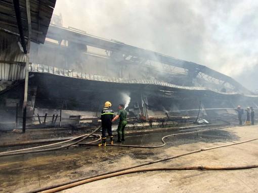 Nỗ lực dập tắt đám cháy lớn tại Công ty May Nhà Bè - Sóc Trăng