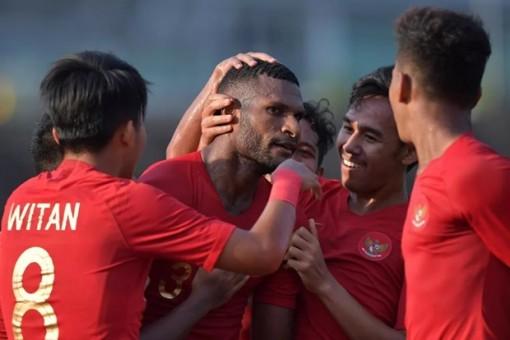 Vượt qua Singapore, U22 Indonesia bám sát U22 Việt Nam tại bảng B