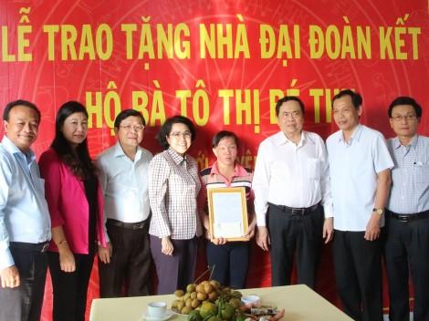 Trao tặng nhà đại đoàn kết cho hộ nghèo huyện Phong Điền