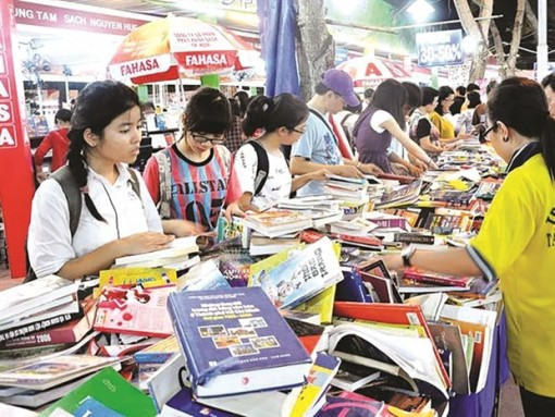 Christmas book fair opens in HCM City