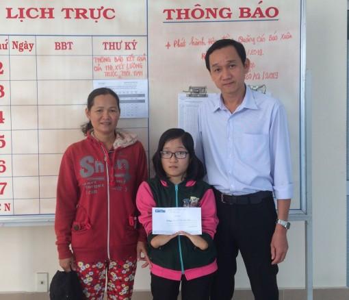 Báo Cần Thơ trao tiền hỗ trợ sinh viên Lê Thị Kiều Nhi