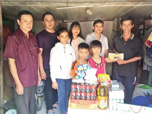 Nhóm từ thiện bạn bè Tuyết Lan tặng quà gia đình chú Trần Văn Sỹ