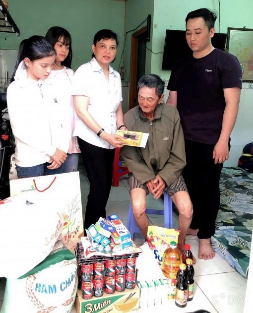 Tặng quà cụ Huỳnh Tấn bị tai nạn giao thông
