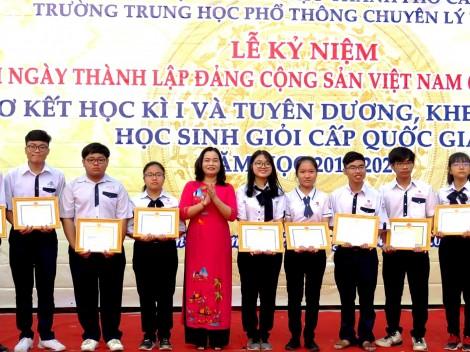 Khen thưởng đột xuất 28 học sinh  đạt giải Kỳ thi Chọn học sinh giỏi  THPT cấp quốc gia