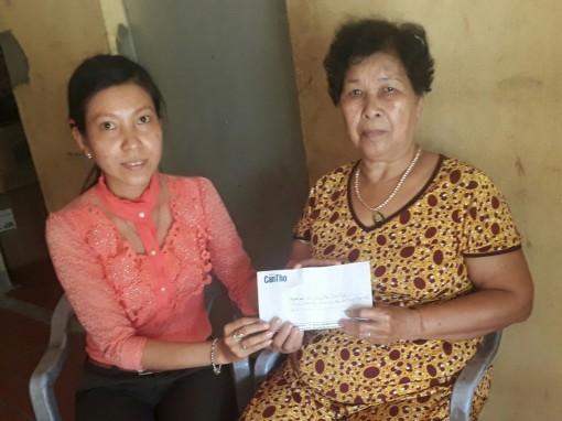 Trao tiền từ thiện cho Thanh Tuyền