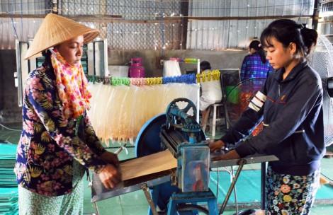 Đặc sản bánh phồng tôm Cà Mau được mùa đón Tết