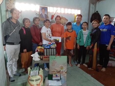 Trao tiền từ thiện cho 5 học sinh Trường Tiểu học Nguyễn Việt Hồng