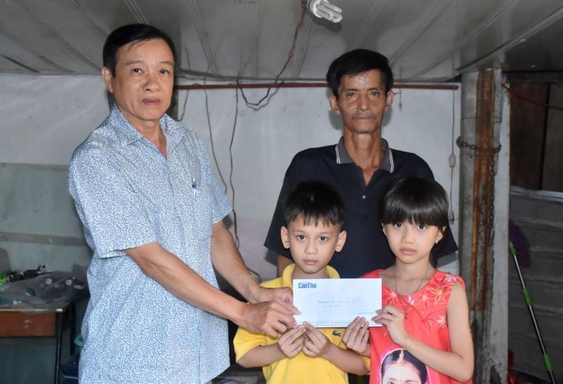 Trao tiền giúp gia đình ông Trần Văn Sỹ, nhân dịp Tết Nguyên đán Canh Tý năm 2020