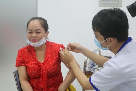 Lo ngại dịch COVID-19, người dân đi tiêm ngừa cúm