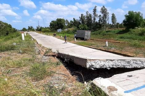 Cà Mau: Đường đê phòng hộ bị sụt lún nghiêm trọng