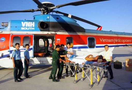 Chuyển hai bệnh nhân từ huyện đảo Trường Sa bằng trực thăng EC225 về đất liền điều trị
