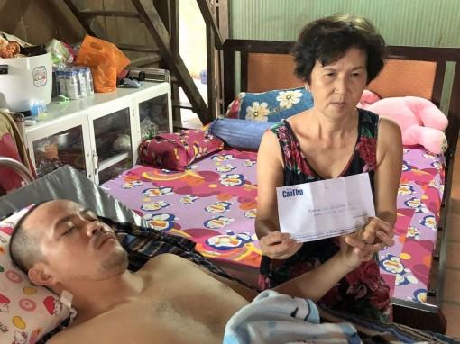 Trao tiền giúp anh Tín chữa bệnh