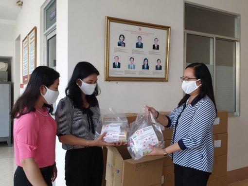 Trao 2.500 phần quà cho hộ nghèo  phòng chống dịch COVID-19