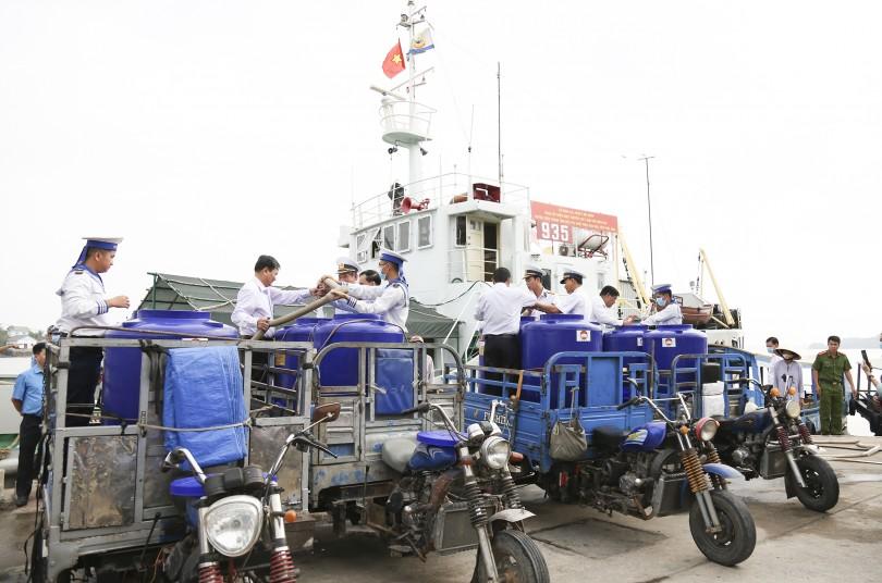 Con tàu nghĩa tình với nhân dân Đồng Khởi