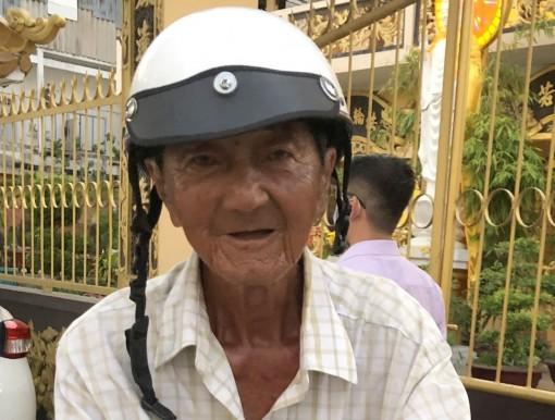 Trao tiền giúp cụ Huỳnh Tấn vượt qua bệnh tật