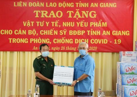 An Giang: Tặng khẩu trang y tế và nhu yếu phẩm cho lực lượng tham gia chống dịch COVID-19 khu vực biên giới