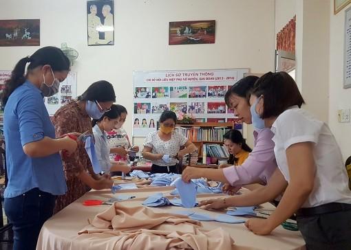 May tặng khẩu trang cho học sinh, hội viên phụ nữ và người dân