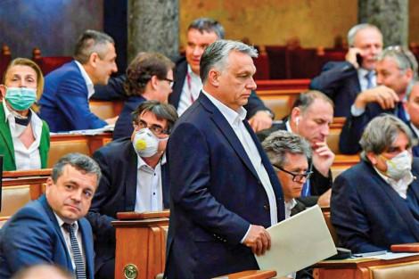 """Thủ tướng Hungary """"toàn quyền"""" chống dịch"""