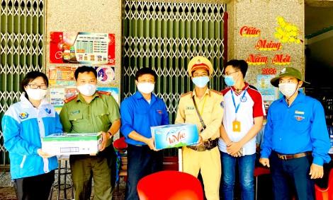 Thăm và tặng quà cán bộ, tình nguyện viên  thực hiện nhiệm vụ phòng, chống dịch COVID-19