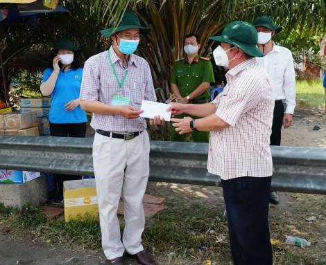 Lãnh đạo thành phố thăm hỏi lực lượng làm nhiệm vụ tại các trạm dừng phương tiện kiểm soát y tế