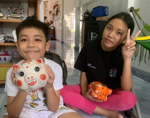 Hai em nhỏ ở Cần Thơ bán cam vắt, đập heo đất lấy tiền ủng hộ cô chú phòng chống COVID-19