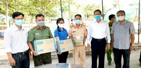 Lãnh đạo thành phố thăm và tặng quà  lực lượng làm công tác kiểm tra y tế
